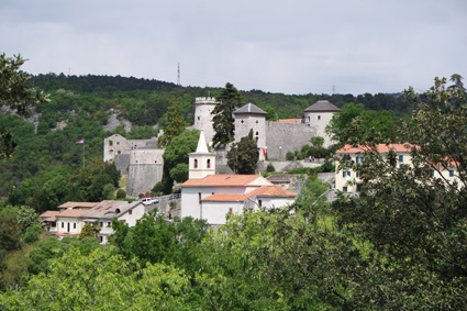 Die Burg hoch oben über der Stadt